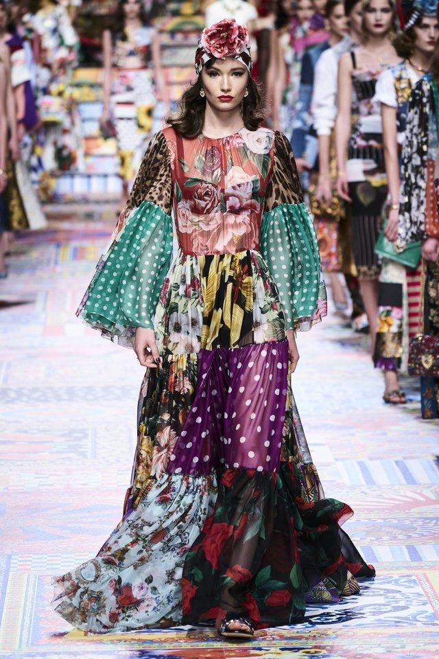 Bohemiško stiliaus žemę šluojanti šilko suknia - tikras moteriškumo veidrodis!<br>Mados namų ir Scanpix nuotr.