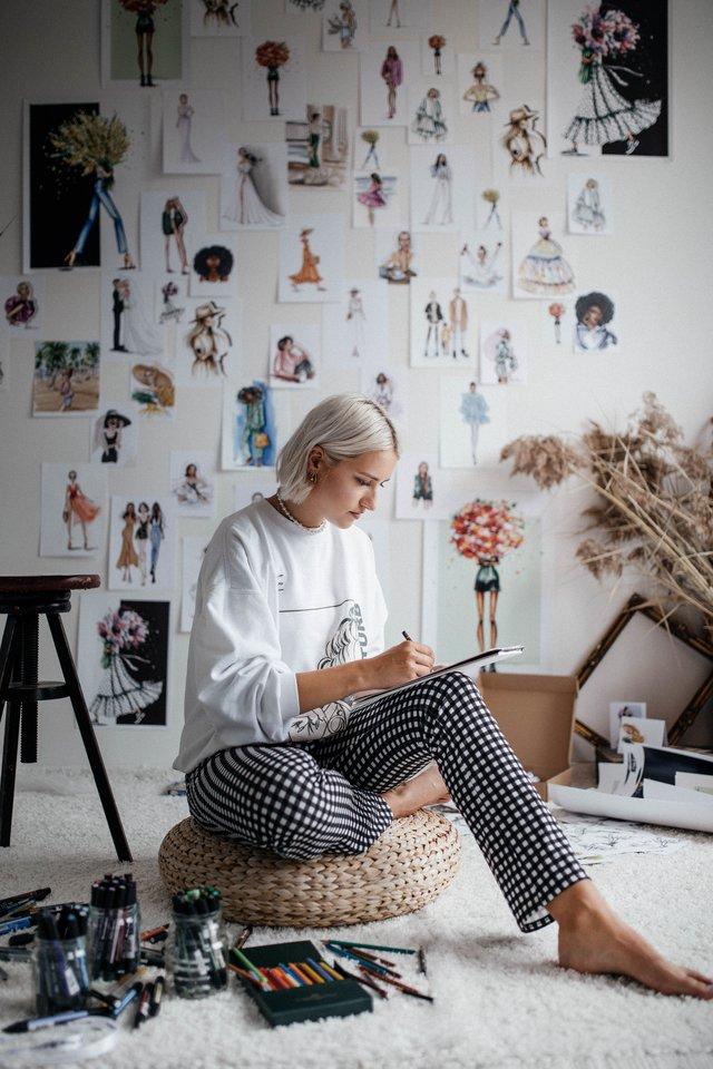 """Iš Šilalės kilusi Vaida Mikutytė Londone gyvena kartu su draugais. Tačiau name ji turi savo menišką kampelį, kuriame vyrauja kūrybinė aura.<br>Karolinos Brazauskienės (""""Karolina Braz Photography"""") nuotr."""