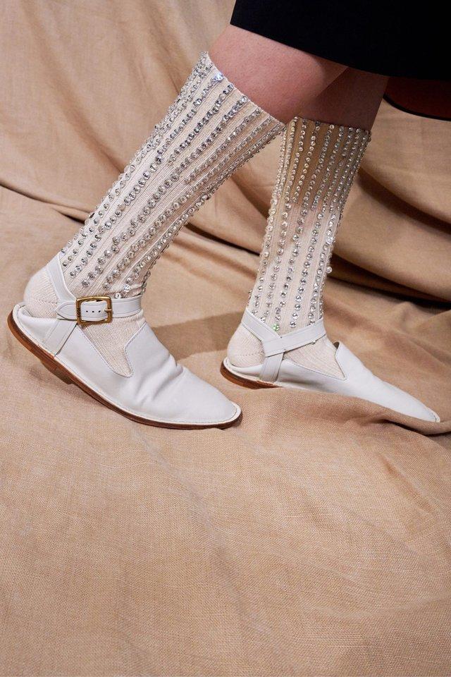 """""""Uggs"""", """"Crocs"""" ir panašios patogios avalynės įkvėpti vasaros batai labiau primins namines ar paplūdimio šlepetes.<br>Mados namų ir Scanpix nuotr."""