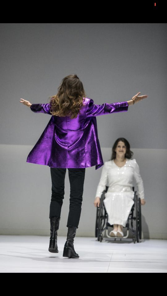 Didžiausia auka už dizainerės Saulės Budaitės-Petrašiūnienės kurtą švarką keliaus tiesiai į sunkiai sergančios mergaitės Elzės sąskaitą.