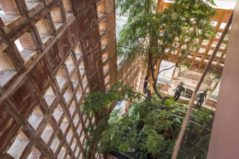 """Vietnamo architektūros bendrovė """"VTN Architects"""" stato ypatingus ekologiškus namus. Štai šiam pastatui Hanojuje net nereikia oro kondicionieriaus.<br>Vizual."""