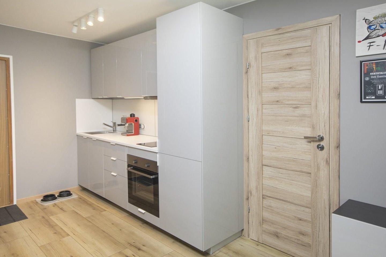 """Visavertę virtuvę susiplanuoti galima net pačiose netikėčiausiose erdvėse, pavyzdžiui, koridoriuje. Žinoma, kai vietos nedaug, svarbu viską kruopščiai apgalvoti ir žinoti keletą interjero gudrybių. Būtent jas ir atskleidžia tokią virtuvę atnaujinusi interjero dizainerė. Jos pravers tiek naujakuriams, tiek ir galvojantiems, kaip atsinaujinti esamą erdvę.<br>""""Ikea"""" nuotr."""
