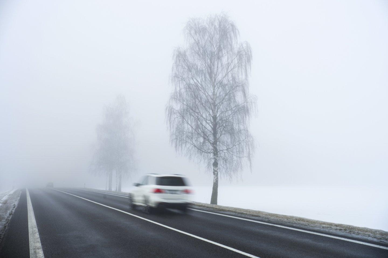 Eismo sąlygas sunkina rūkas.<br>V.Ščiavinsko nuotr.