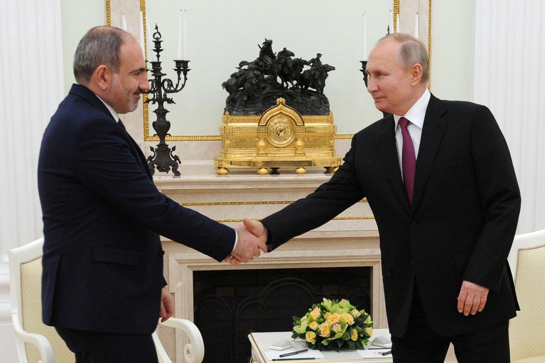 Armėnijos ministras pirmininkas N. Pašinianas sekmadienį pranešė, kad atsistatydins balandžio mėnesį, prieš pirmalaikius parlamento rinkimus.<br>Reuters/Scanpix nuotr.