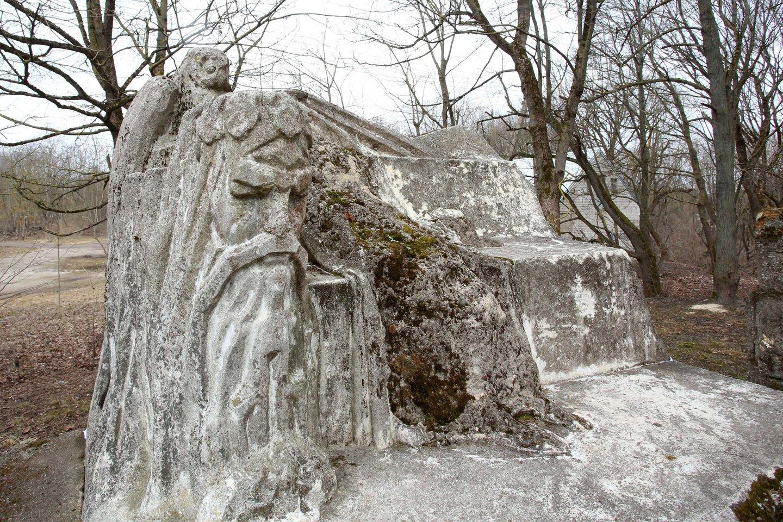 Koplyčios ir kitų paveldo objektų iki šiol niekas nesiėmė restauruoti.<br>M.Patašiaus nuotr.