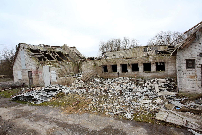 Linkuvos dvaro teritorijoje yra sovietmečiu pastatytų fermų ir sandėlių. Kai kurie jų sudegė ir dabar stovi be stogų.<br>M.Patašiaus nuotr.