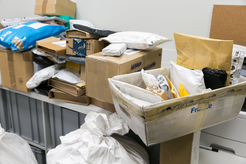 Siekdamas klientams greičiau pristatyti siuntas ir užtikrinti spartesnį aptarnavimą, Lietuvos paštas skelbia laikinai ilginantis dalies pašto skyrių darbo laiką.<br>T.Bauro nuotr.