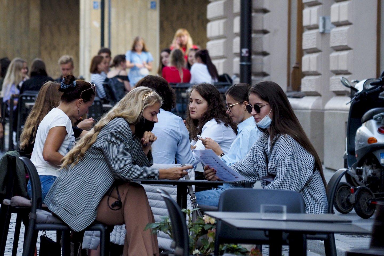 Variantas būtų masinis gyventojų ir darbuotojų testavimas, kad būtų galima atidaryti paslaugų sferą, kavines, restoranus.<br>V.Ščiavinsko nuotr.