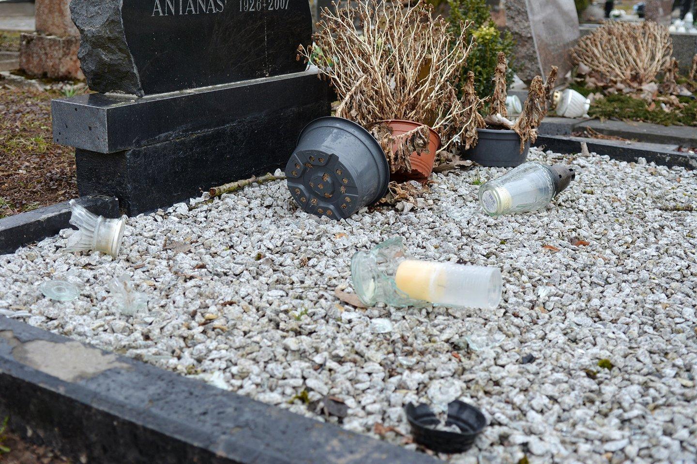 Sintautų miestelio kapines savaitgalio naktį niokojo 18-os ir 16-os metų jaunuoliai.<br>R.Plaušinaitytės-Šerkšnienės nuotr.
