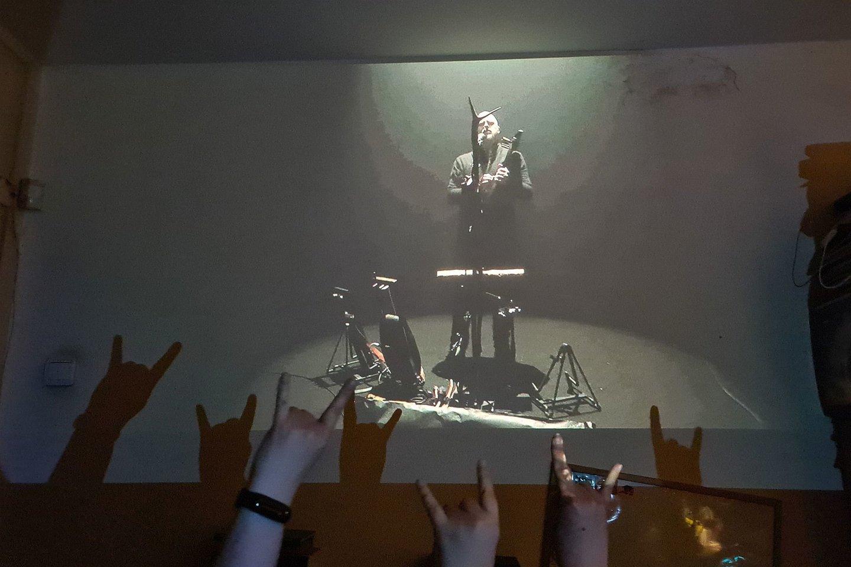 Tiesa, geriausia tokius vaizdus stebėti kuo didesniame ekrane. Arba – projektoriumi ant sienos.<br>A. Rutkausko nuotr.