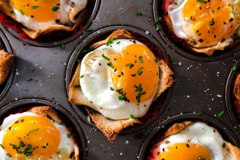 Ištaigingi orkaitėje kepti kiaušiniai indeliuose.<br>Pranešimo autorių nuotr.