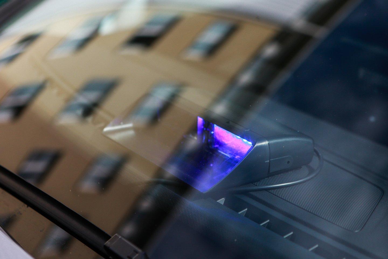 Telšių nežymėtas policijos automobilis sukėlė žmonėms pasipiktinimą.<br>G.Bitvinsko nuotr.