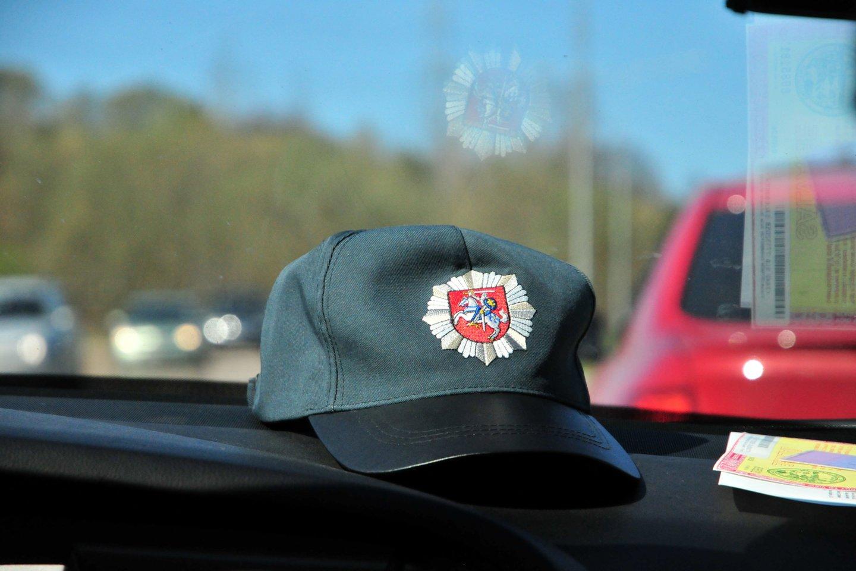 Telšių nežymėtas policijos automobilis sukėlė žmonėms pasipiktinimą.<br>A.Vaitkevičiaus nuotr.