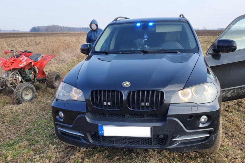 Telšių nežymėtas policijos automobilis sukėlė žmonėms pasipiktinimą.<br>Telšių policijos nuotr.