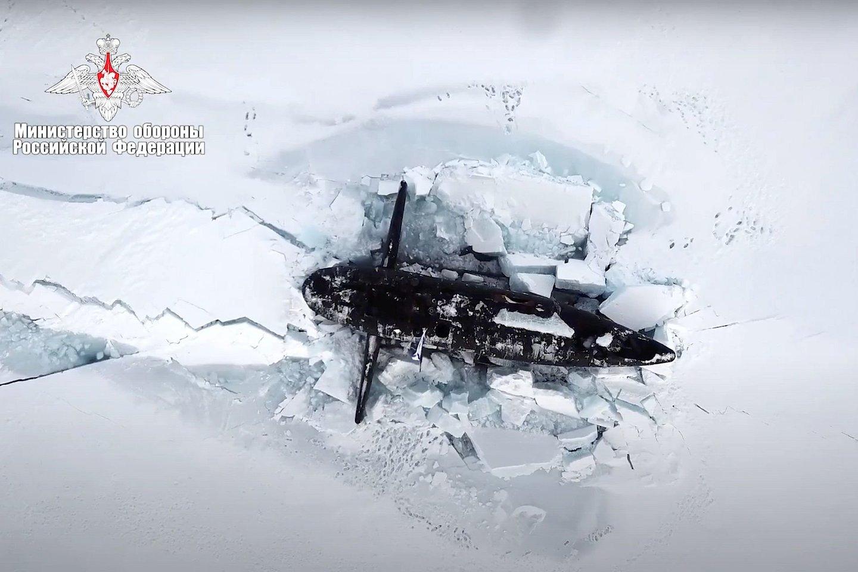 Trys Rusijos karinio jūrų laivyno povandeniniai laivai Arktyje vienu metu per ledą prasimušė į paviršių, būdami kelių šimtų metrų atstumu vienas nuo kito.<br>AP / Scanpix nuotr.