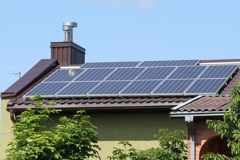 Prasideda naujas paramos teikimo etapas gyventojams, norintiems įsirengti nedidelės galios (iki 10 kW) saulės elektrines arba jas įsigyti iš elektrinių parko, taip pat seniems šildymo katilams pasikeisti.<br>M.Patašiaus nuotr.