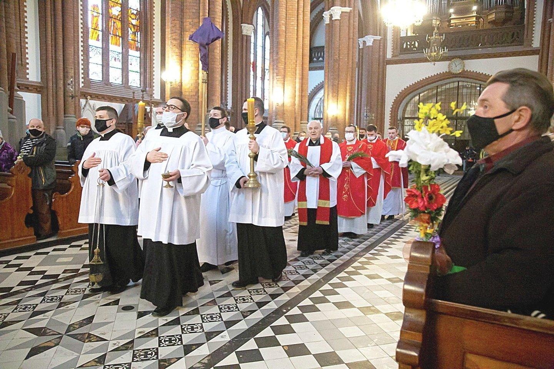 """Trečioji pandemijos banga Lenkijoje galingesnė už antrąją, fiksuojama daugiau užsikrėtimų ir mirčių, bet bažnyčios visoje šalyje lieka atviros.<br>""""Reuters""""/""""Scanpix"""" nuotr."""