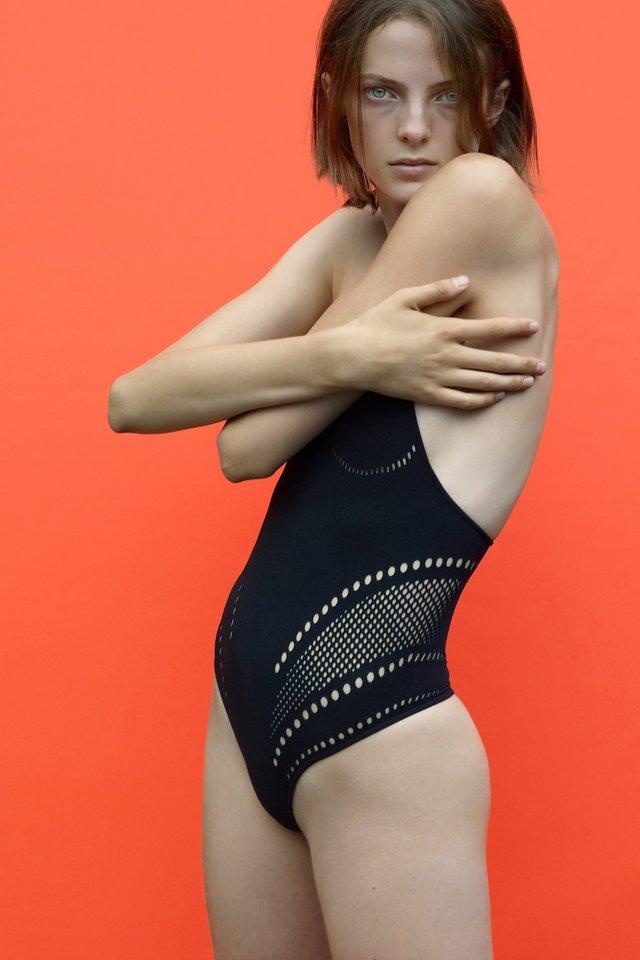 Moterų maudymosi kostiumėlių pagrindinė tendencija – minimalizmas.<br>Mados namų ir Scanpix nuotr.
