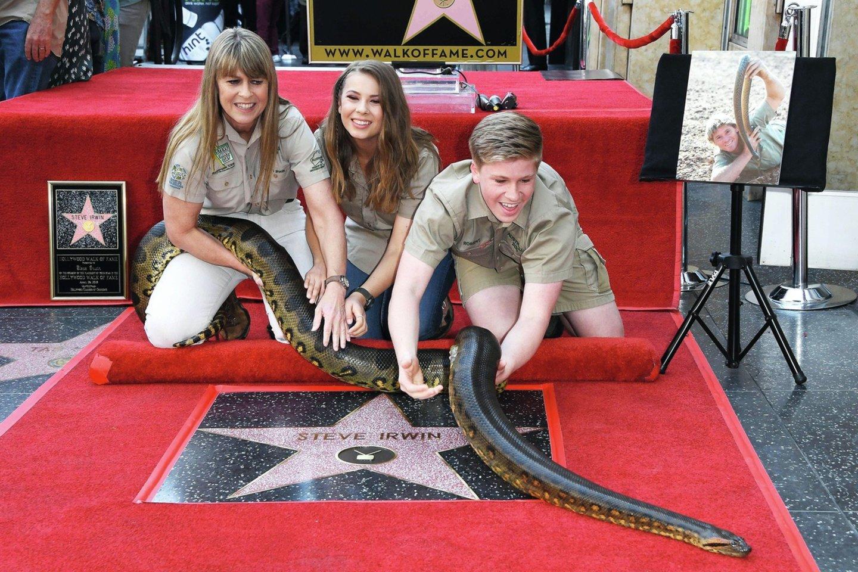 """Prieš trejus metus S.Irwinas buvo pagerbtas žvaigžde garsiojoje Holivudo Šlovės alėjoje. Į ceremoniją jo žmona T.Irwin, dukra Bindi ir sūnus Robertas atsinešė kelių metrų ilgio anakondą.<br>""""Scanpix"""" nuotr."""