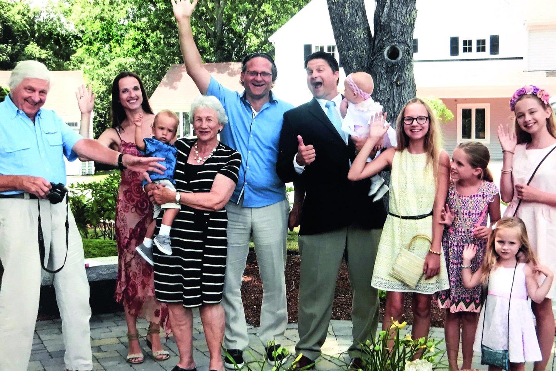 Adelės krikšynose JAV – M.Furmana su R.Užgiriu, jo tėvais Egidijumi ir Irena bei kriškatėviu tapusiu Rimo broliu Pauliumi, laikančiu krikšto dukrą.<br>Nuotr. iš asmeninio albumo