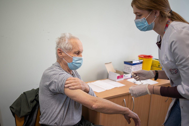 Lietuvos statistikos departamento ketvirtadienio duomenimis, šiuo metu Lietuvoje pirmąja doze yra paskiepyti336458 asmenys, o antrąja -158925.<br>S.Žiūros nuotr.