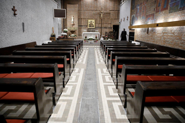 Trečioji pandemijos banga Lenkijoje galingesnė už antrąją, fiksuojama daugiau užsikrėtimų ir mirčių, bet bažnyčios visoje šalyje lieka atviros.<br>REUTERS/Scanpix nuotr.