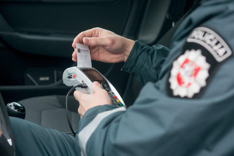 Nors ir atrodo, kad kyšiai pareigūnams jau nebemadingi, tačiau atsiranda vairuotojų, kurie išdrįsta pasiūlyti kelis šimtus eurų.<br>J.Stacevičiaus nuotr.