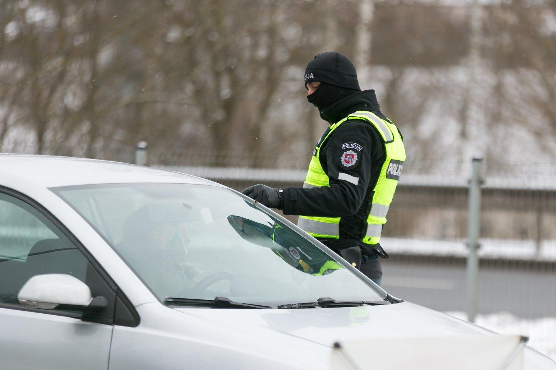 Nors ir atrodo, kad kyšiai pareigūnams jau nebemadingi, tačiau atsiranda vairuotojų, kurie išdrįsta pasiūlyti kelis šimtus eurų.<br>T.Bauro nuotr.
