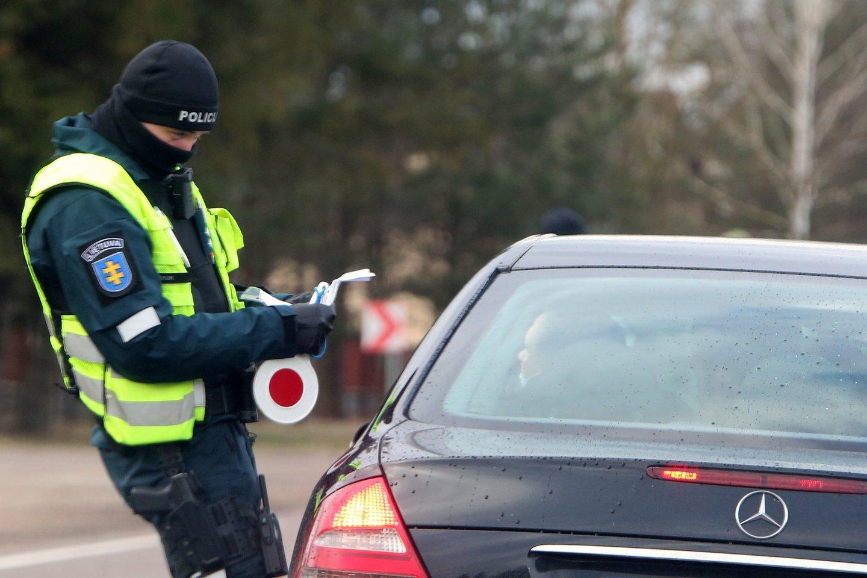 Nors ir atrodo, kad kyšiai pareigūnams jau nebemadingi, tačiau atsiranda vairuotojų, kurie išdrįsta pasiūlyti kelis šimtus eurų.<br>M.Patašiaus nuotr.