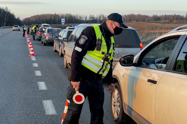 Nors ir atrodo, kad kyšiai pareigūnams jau nebemadingi, tačiau atsiranda vairuotojų, kurie išdrįsta pasiūlyti kelis šimtus eurų.<br>V.Ščiavinsko nuotr.