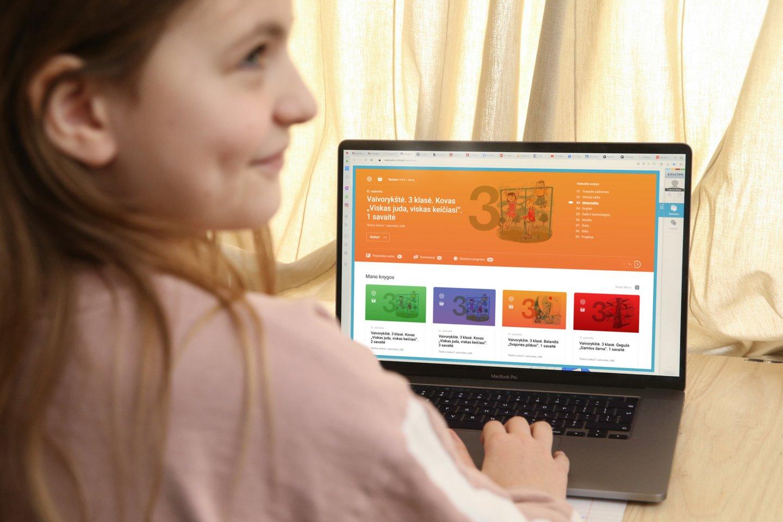 """""""Elektroninės pratybos vaikams įdomiau, jie kartu mokosi ir kompiuterinio raštingumo, ir informacijos paieškos internete – jei ko nežino, gali lengvai susirasti"""", – teigia pedagogai.<br>R.Danisevičiaus nuotr."""