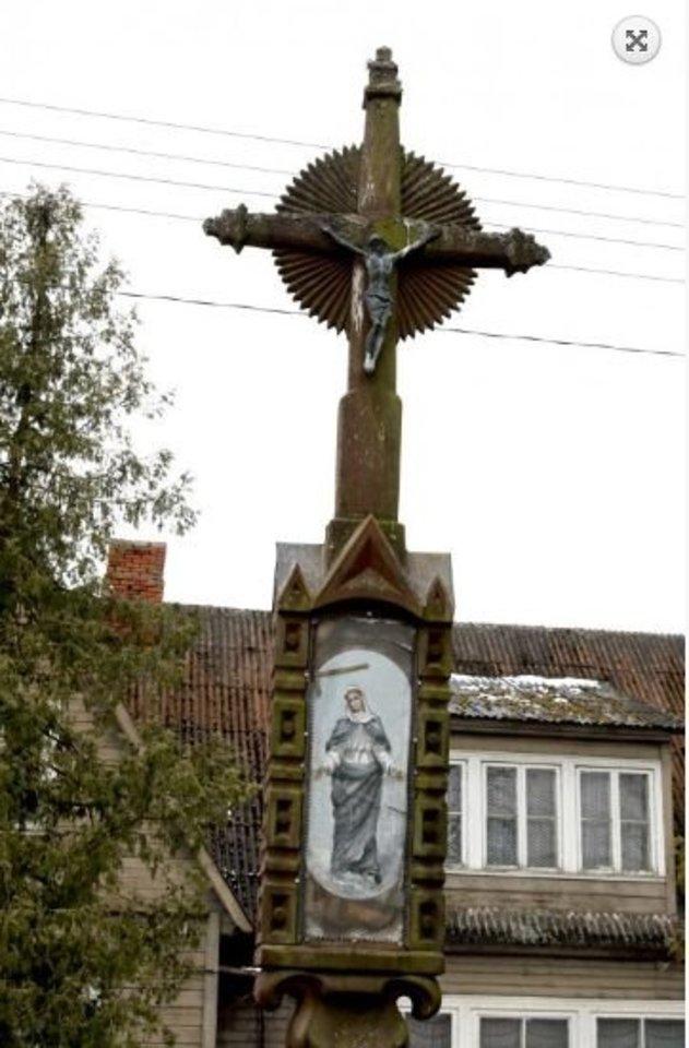 Atkūrus nepriklausomybę prie buvusios mokyklos vėl pastatytas kryžius.<br>A.Švelnos nuotr.
