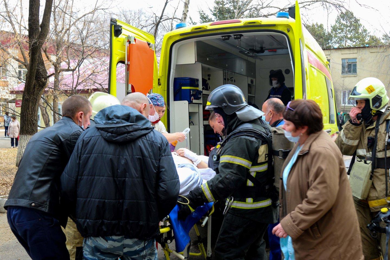 Tolimuosiuose Rusijos rytuose chirurgai sėkmingai atliko atvirą širdies operaciją nors ligoninėje buvo kilęs milžiniškas gaisras. <br>AFP/Scanpix nuotr.