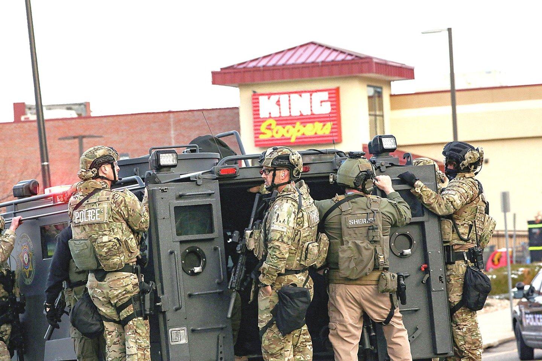 """""""Aš taip pavargau, viduje jaučiu tokią agoniją. Dar vienų šaudynių mano gimtojoje valstijoje jau buvo per daug. Norėjau apie tai parašyti"""", – sakė Niujorke gyvenanti Amerikos lietuvė E.Rasmussen. Kolorado valstijoje kovo 22 dieną ginkluotas vyras sušaudė dešimt žmonių Boulderio prekybos centre.<br>""""Reuters""""/""""Scanpix"""" ir asmeninio albumo nuotr."""