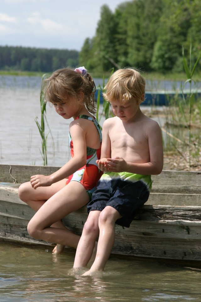 """""""Man Lietuva yra grožis, meilė ir ryšys. Visada galvoju apie žalią spalvą, nes Lietuva tokia žalia ir tokia pilna gyvybės"""", – pasakojo E.Rasmussen, vaikystės vasaras su dvyniu Luku praleidusi prie Molėtų ežerų.<br>Nuotr. iš asmeninio albumo."""
