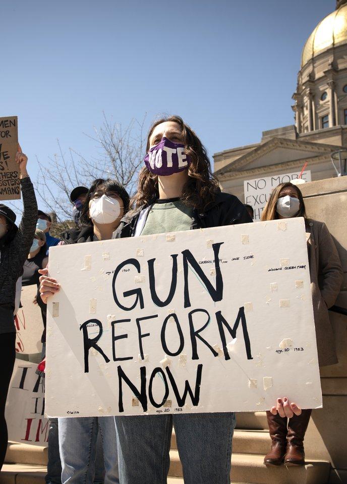 Šaudynių sukrėsti amerikiečiai reikalauja įvesti griežtesnę ginklų kontrolę, tačiau respublikonų politikai nuo seno tam priešinosi aiškindami, kad taip būtų pažeista konstitucijoje įteisinta laisvė kiekvienam turėti ginklą.<br>ZUMA Press/Scanpix nuotr.
