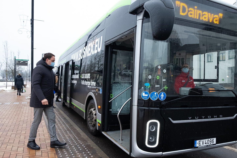 Alytaus miesto savivaldybės administracija jau du kartus vykdė dviejų elektrinių autobusų viešuosius pirkimus, tačiau jų nupirkti vis dar nepavyksta.<br>alytausnaujienos.lt nuotr.