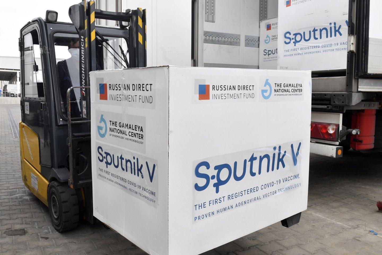 """Rusija dosniai siūlo kitoms valstybėms savo vakciną nuo koronaviruso """"Sputnik V"""", tačiau iš tiesų skiepų tragiškai stinga šios šalies viduje.<br>AP/Scanpix nuotr."""