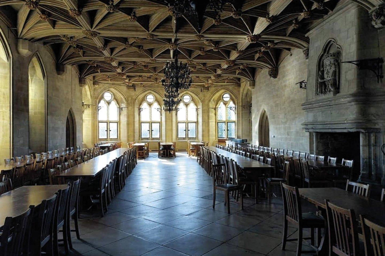 Salėje, kurios stilius tarsi iš knygų apie burtininką Harį Poterį, prie stalų susėda skirtingų tautų ir įvairių socialinių sluoksnių auklėtiniai.