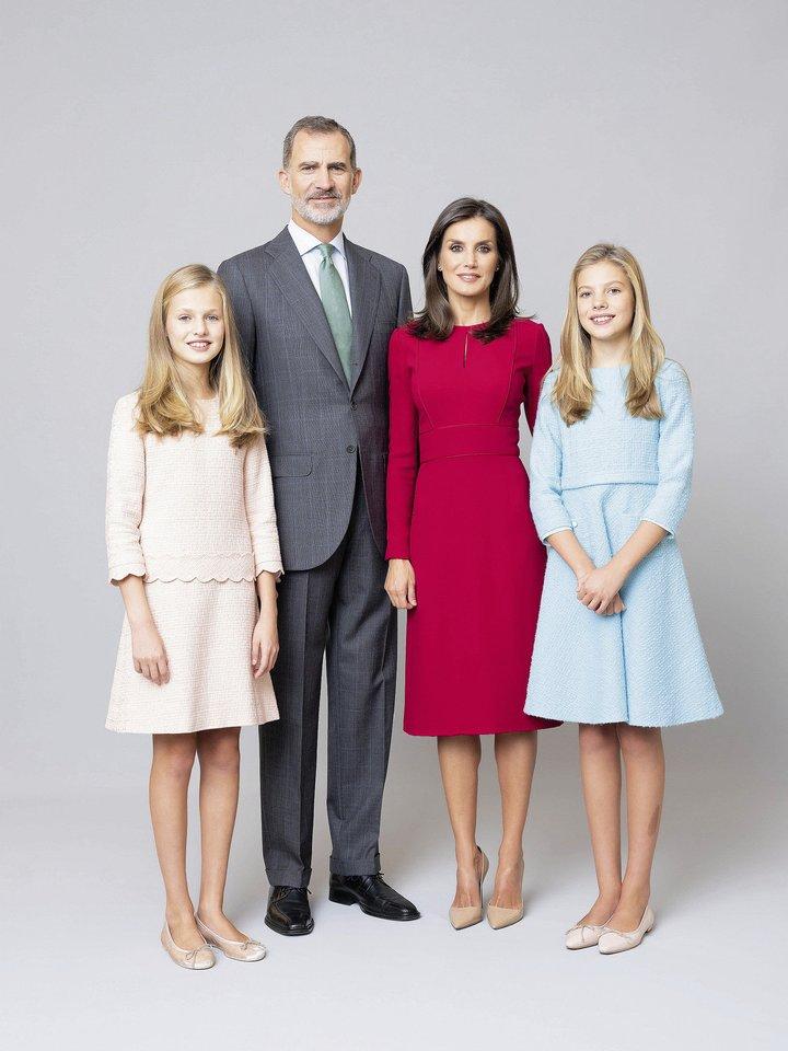 Ispanijos monarchų Felipe VI ir Letizios vyresnioji duktė Leonor (kairėje) persikels į Velsą, esantį 1200 kilometrų į šiaurę nuo karališkųjų rūmų Madride.