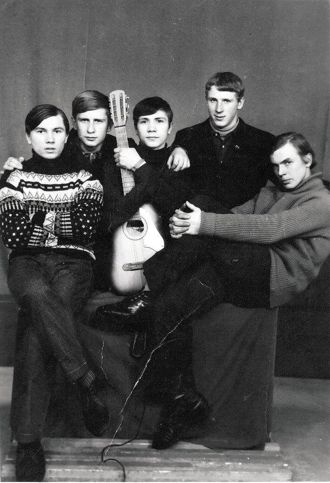 Pirma Alvido suburta grupė Šiluvos vidurinėje mokykloje. Iš kairės: Alvidas Tautkus, Adas Kamaitis, Vladimiras Nekrasovas, Arvydas Jankauskas, Eimuntas Nekrošius.<br>Asmeninio albumo nuotr.