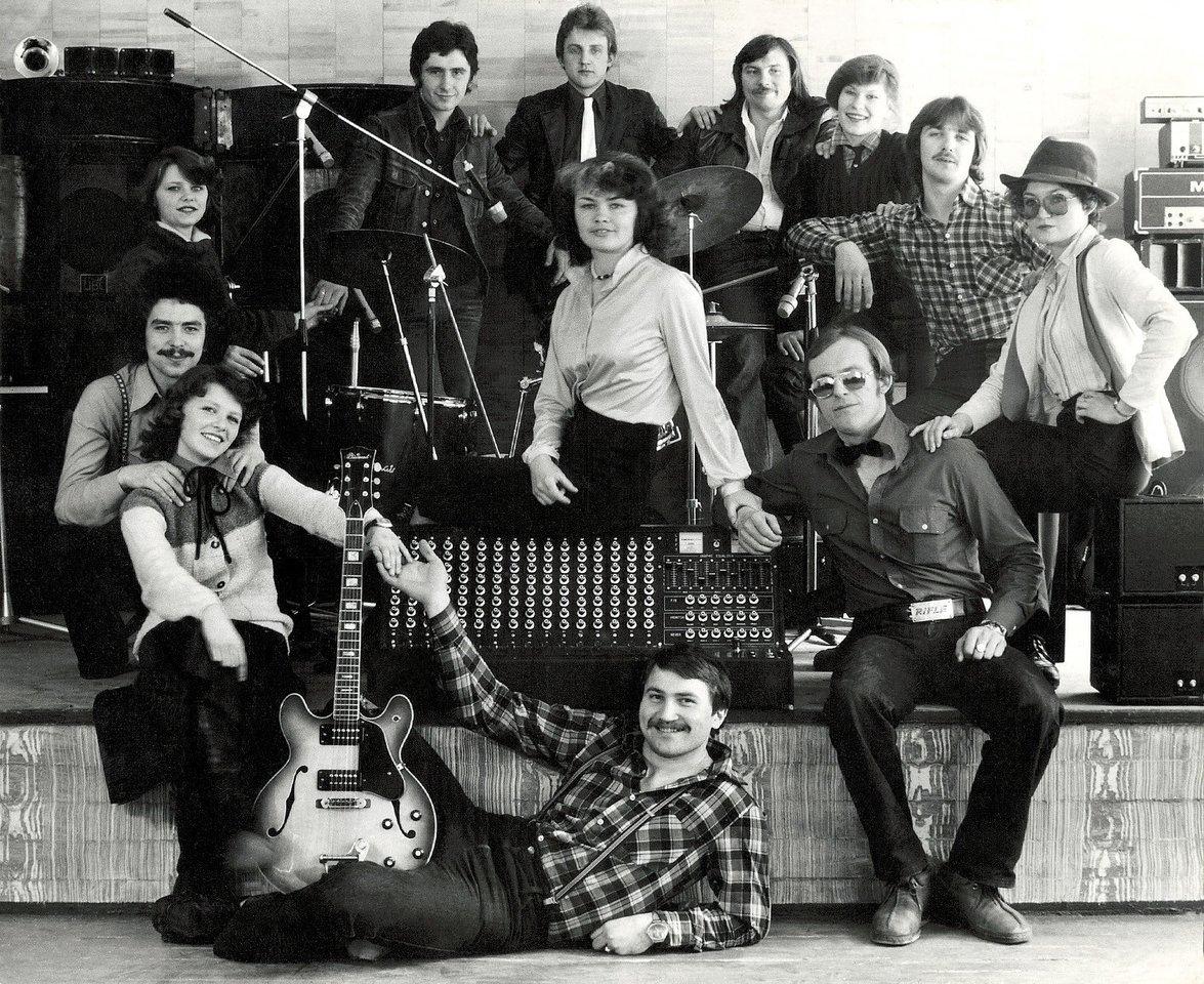 """""""Rondo"""" buvo išsiplėtęs iki didelio kolektyvo: ritminė grupė, pučiamųjų grupė ir šokėjų grupė. Šioje nuotraukoje – visa linksma kompanija.<br>Asmeninio albumo nuotr."""