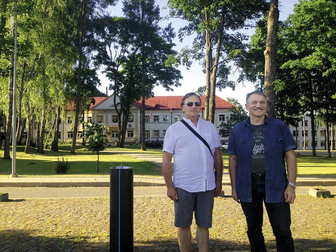 Broliai Alvidas ir Gintautas Tautkai po daugelio metų gimtajame Šiluvos miestelyje prie vidurinės mokyklos.<br>Asmeninio albumo nuotr.