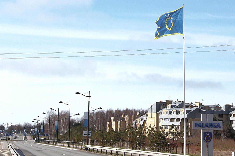 Aukštai plevėsuojanti neįprasto dydžio Palangos vėliava matoma iš toli.<br>E.Kazlaučiūnaitės nuotr.