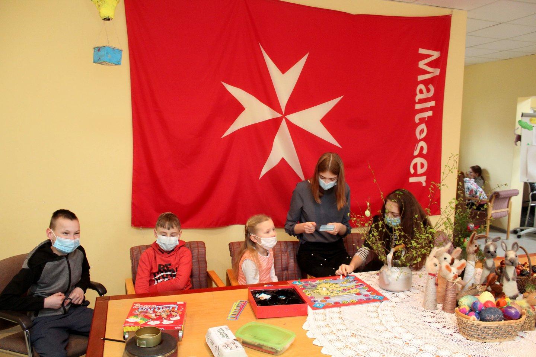 Į Šiaulių Šv.Petro ir Pauliaus katedros parapijos vaikų dienos centrą NATO oro policijos misiją atliekantys Italijos kariai atvyko nešini dovanomis.<br>R.Vitkaus nuotr.