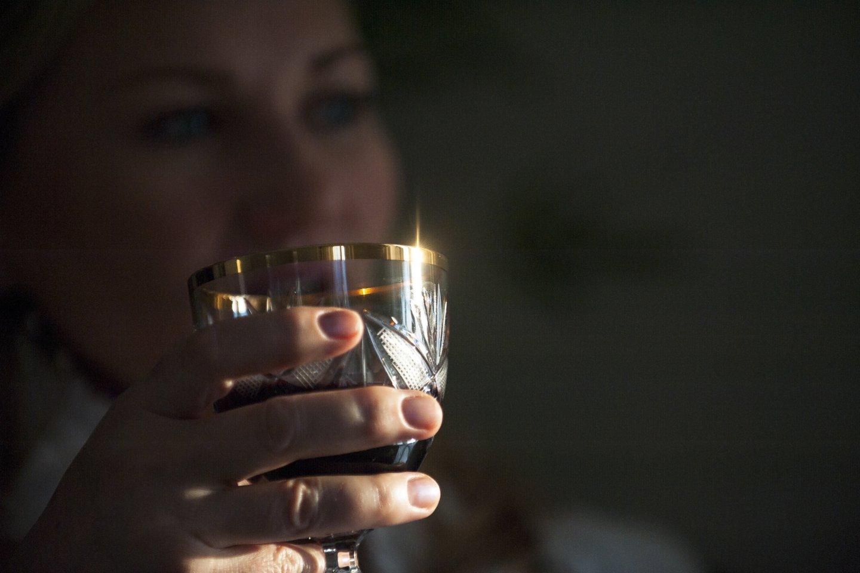 Nekalti ir madingi vakaro praleidimai su taure rankose ilgainiui gali pridaryti žalos bet kurio žmogaus sveikatai.<br>V.Ščiavinsko asociatyvi nuotr.