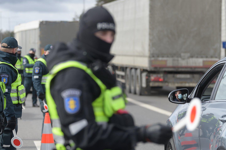 """""""Stop"""" ženklą pareigūnai iš blokpostų perkels prie Vyriausybės: patikėsime tik ministro įsakymu.<br>V.Skaraičio nuotr."""