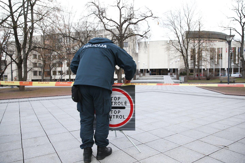 """Judėjimo kontrolei tarp savivaldybių vykdyti iki šiol naudotas policijos """"Stop"""" ženklas trečiadienį buvo perkeltas prie Vyriausybės rūmų durų.<br>R.Danisevičiaus nuotr."""