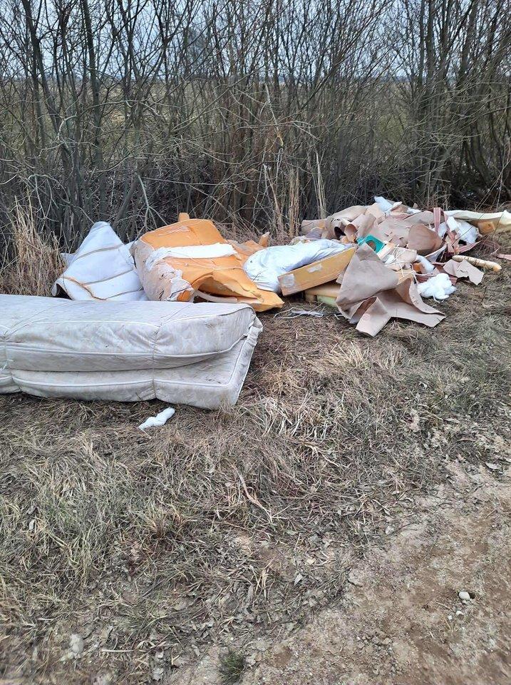 Juknaičių seniūnijos miške vietiniai aptiko kalną buitinių šiukšlių.<br>silutesnaujienos.lt nuotr.