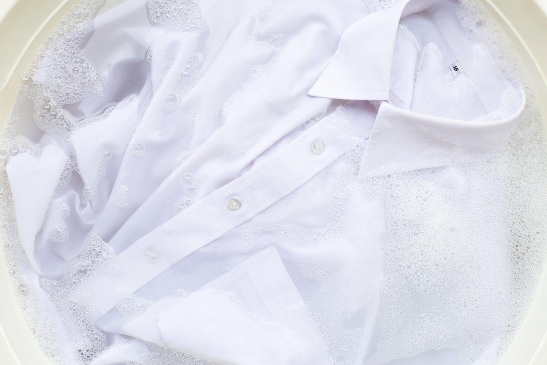Moteris atranda būdų, kaip geriausiai skalbti baltus drabužius ir staltieses.<br>123 rf nuotr.